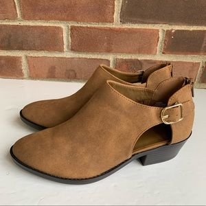 Like new Me too cut out ankle boots booties